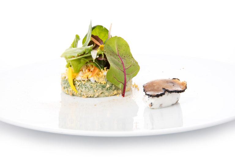 Insalata di erbe fini e spinaci, mimosa e formaggio della Valcuvia al tartufo bianco