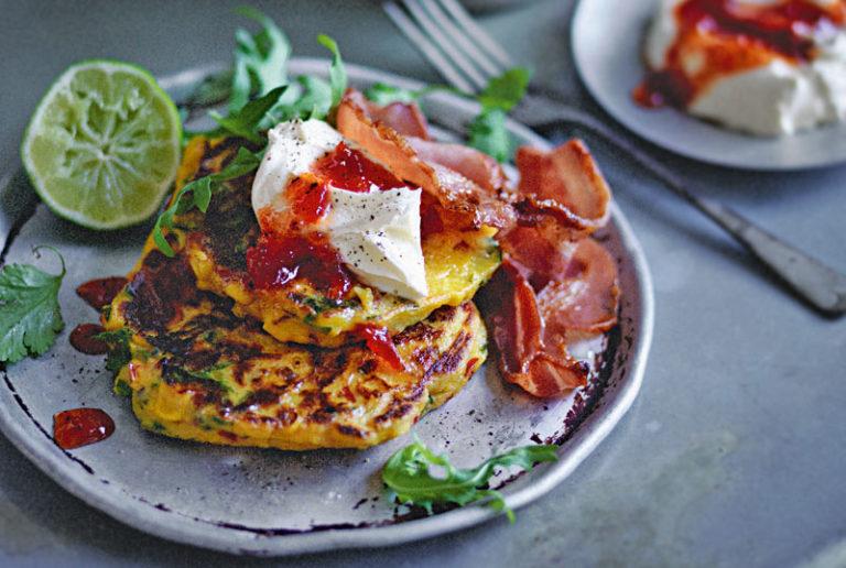 Frittelle di mais, bacon croccante, marmellata di peperoni rossi e panna acida