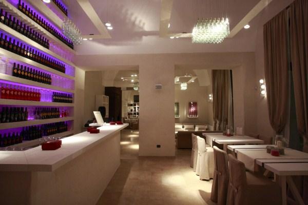 e190-wine-tasting-room-particolare-retrobanco-e-tavoli-alti