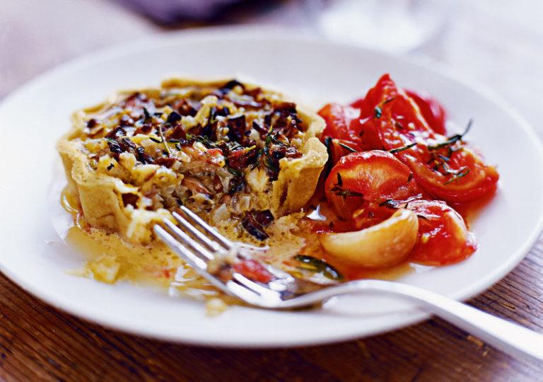 Tortini di funghi porcini con pomodori pelati arrostiti