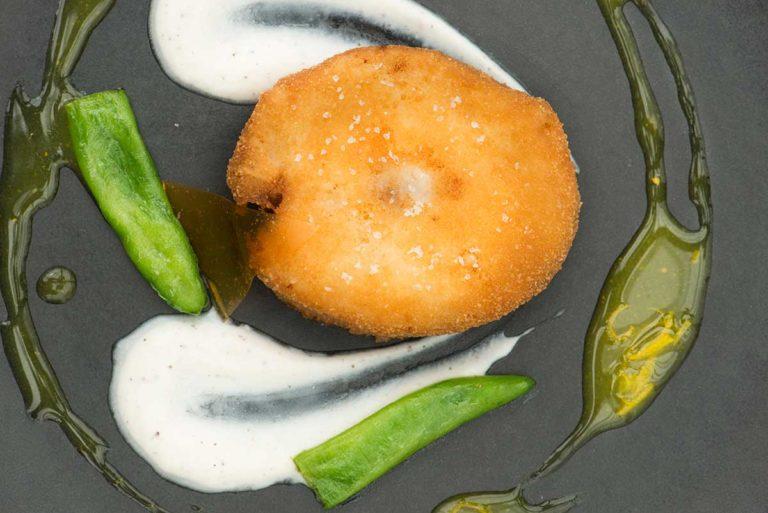Merluzzo dorato e fritto, servito con l'osso intero, Coulis di agrumi e yogurt di bufala