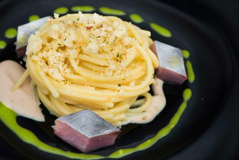 Spaghetto aglio, olio e peperoncino con palamita in carpione, battuto di pangrattato, pinoli, prezzemolo, cipolla con emulsione di tonno