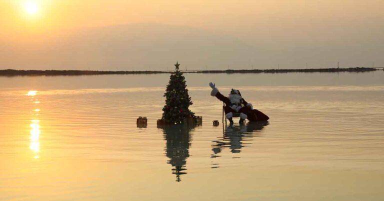Babbo Natale si rilassa sul Mar Morto