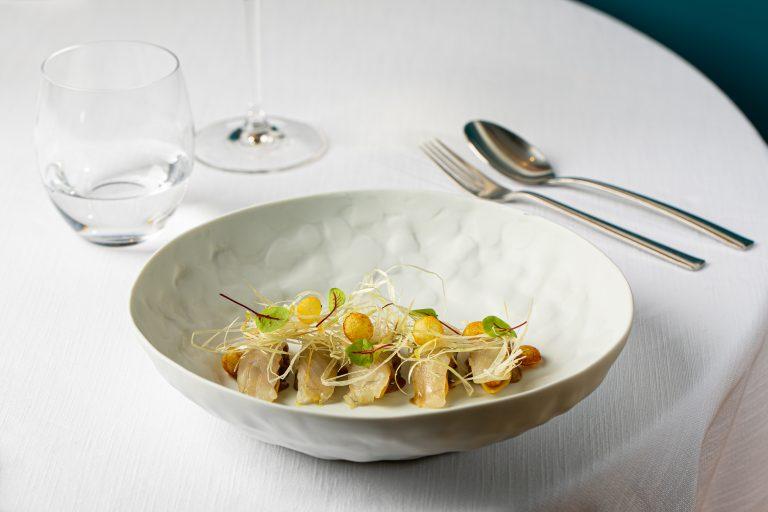 Garganelli di pasta fresca con lucioperca, granseola, porro e pommes soufflées
