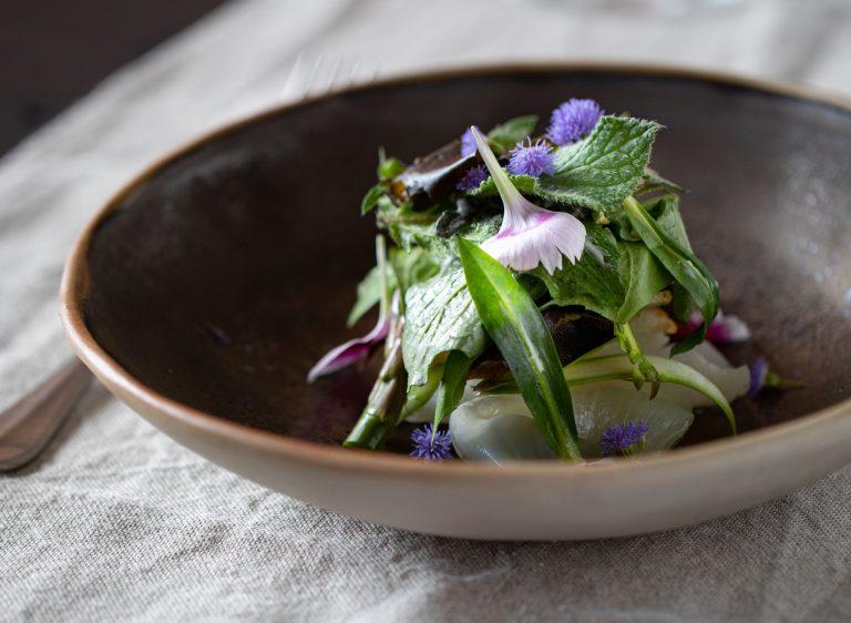 Cipolla piattina di Andezeno, con asparagi di Santena, brassicaceae affumicate, burro ai fiori e cialda di pane